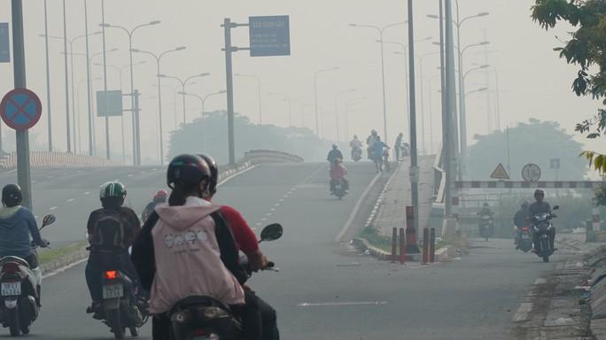 Bầu trời mù mịt đến khó tin ở đại lộ Võ Văn Kiệt sáng 6-10 - Ảnh 4.