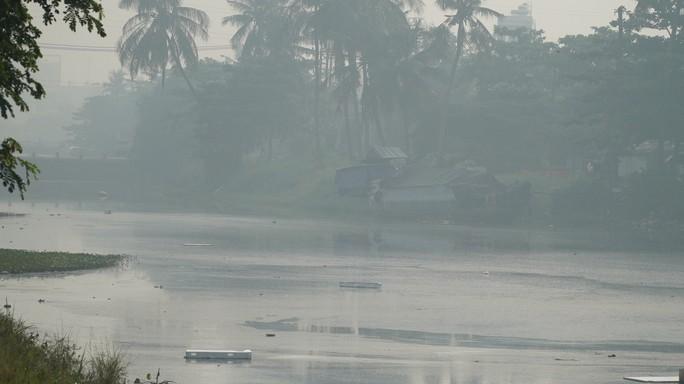 Bầu trời mù mịt đến khó tin ở đại lộ Võ Văn Kiệt sáng 6-10 - Ảnh 7.