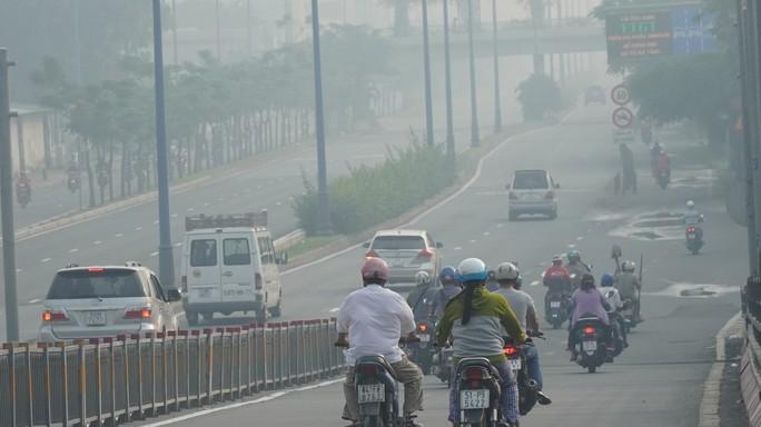 Bầu trời mù mịt đến khó tin ở đại lộ Võ Văn Kiệt sáng 6-10 - Ảnh 8.