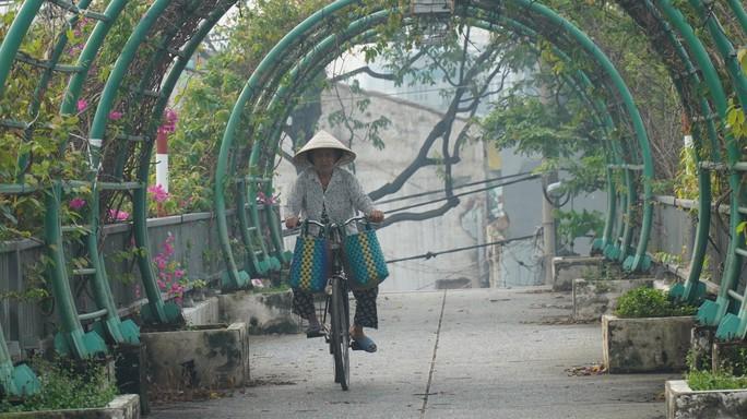 Bầu trời mù mịt đến khó tin ở đại lộ Võ Văn Kiệt sáng 6-10 - Ảnh 15.