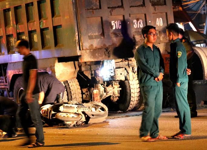 VIDEO: Hiện trường xe máy tông xe ben đậu bên đường, 1 người tử vong - Ảnh 2.