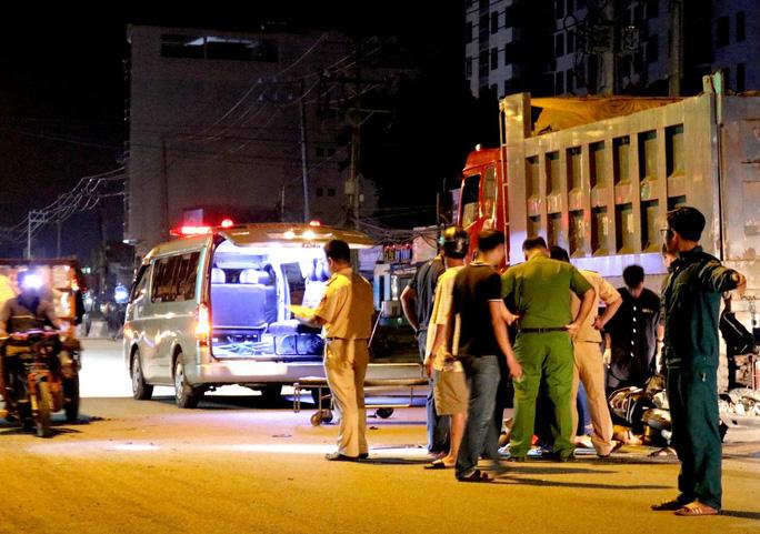 VIDEO: Hiện trường xe máy tông xe ben đậu bên đường, 1 người tử vong - Ảnh 4.