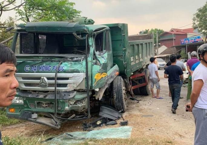 Ôtô 16 chỗ nát đầu khi tông xe tải, 2 tài xế nhập viện cấp cứu - Ảnh 2.
