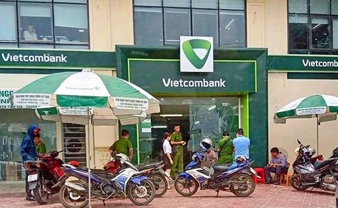 Điều tra động cơ cựu trung úy công an bịt mặt, nổ 3 phát súng tại chi nhánh Vietcombank - Ảnh 1.