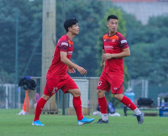 Cận cảnh buổi tập nghiêm túc song thoải mái của đội tuyển bóng đá Việt Nam - Ảnh 1.