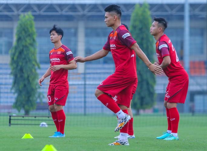 Cận cảnh buổi tập nghiêm túc song thoải mái của đội tuyển bóng đá Việt Nam - Ảnh 3.