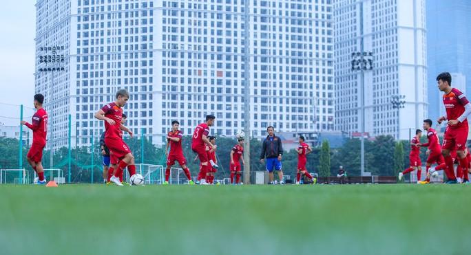 Cận cảnh buổi tập nghiêm túc song thoải mái của đội tuyển bóng đá Việt Nam - Ảnh 6.