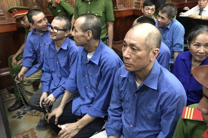 8 bị cáo bị tuyên án tử hình, người nhà gào khóc - Ảnh 1.