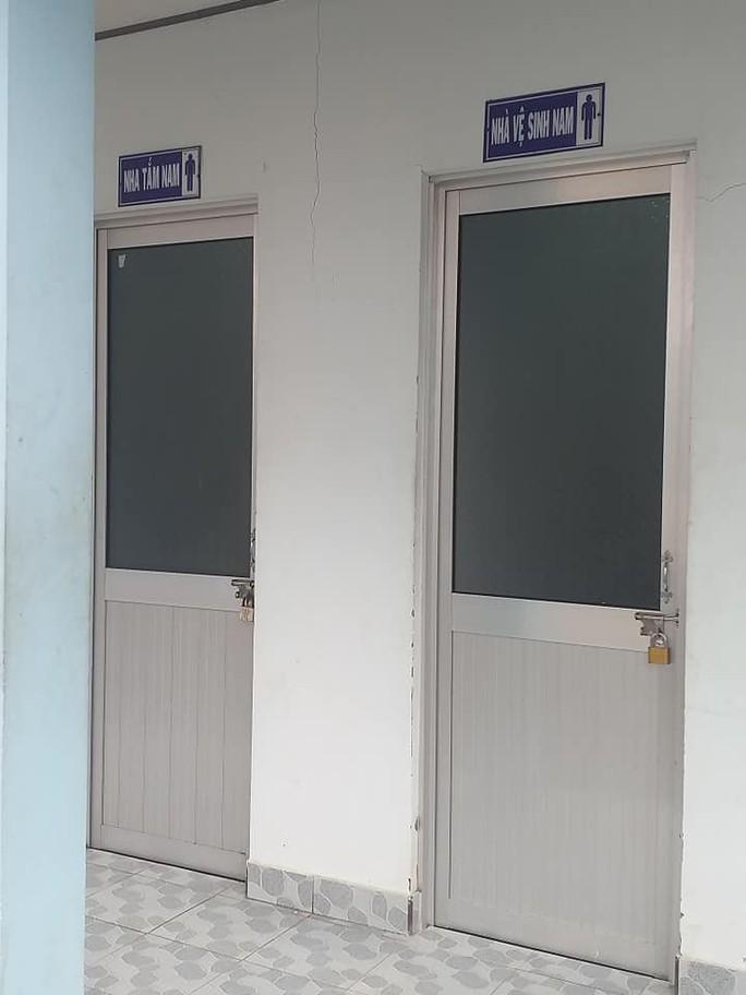 Nhà vệ sinh bệnh viện khóa cửa - Ảnh 1.