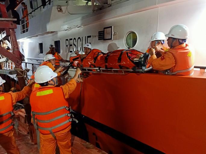 Tàu chạy hết tốc độ để cứu người bị cáp cuốn đứt lìa 2 chân - Ảnh 1.