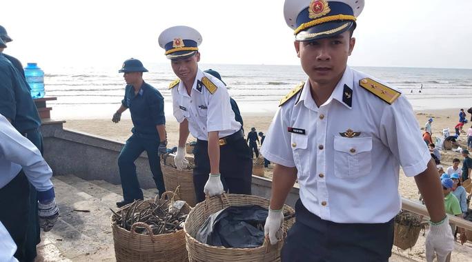 Rác lại tràn ngập biển Vũng Tàu, hàng ngàn người vật lộn thu dọn - Ảnh 6.