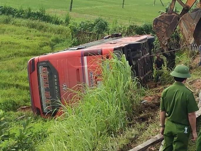 Xe khách lao xuống ruộng trong đêm, 1 người chết, hàng chục người bị thương - Ảnh 1.