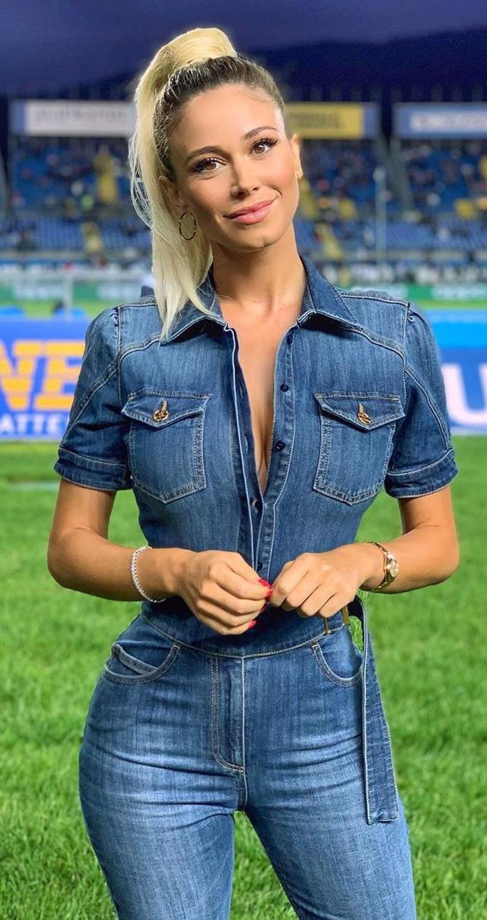Đường cong tuyệt mỹ của cô nàng MC thể thao nước Ý - Ảnh 1.