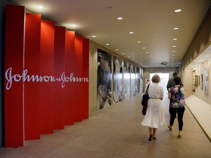 Johnson & Johnson phải bồi thường 8 tỉ USD vì sản phẩm khiến nam giới phát triển ngực - Ảnh 1.
