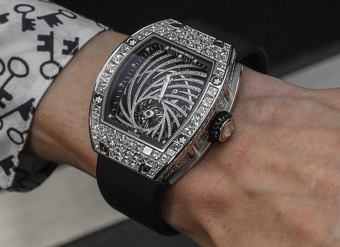 Đeo đồng hồ đắt tiền ở Paris, coi chừng bị giật! - Ảnh 1.