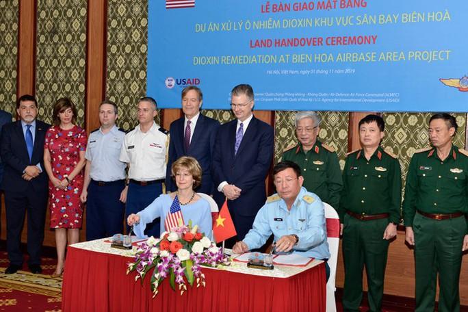 Việt Nam bàn giao 37 ha đất sân bay Biên Hòa để Mỹ tẩy độc dioxin - Ảnh 1.
