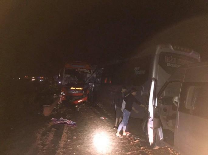 3 xe khách tông nhau trong đêm, nhiều người bị thương - Ảnh 1.