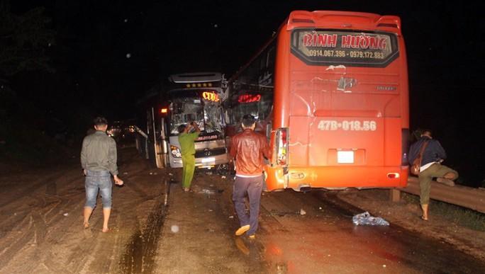 3 xe khách tông nhau trong đêm, nhiều người bị thương - Ảnh 3.