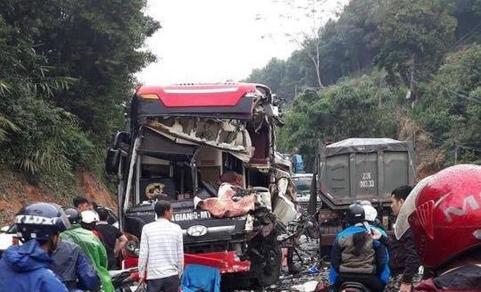 Xe khách tông nhau với xe ben, nhiều hành khách nhập viện trong tình trạng hoảng loạn - Ảnh 1.