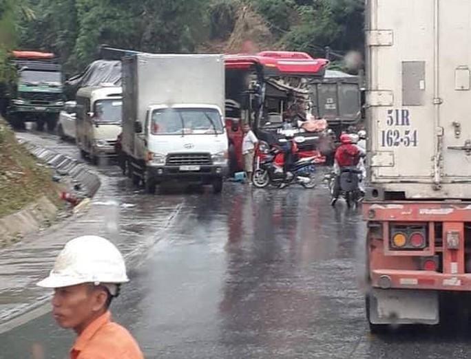 Xe khách tông nhau với xe ben, nhiều hành khách nhập viện trong tình trạng hoảng loạn - Ảnh 2.