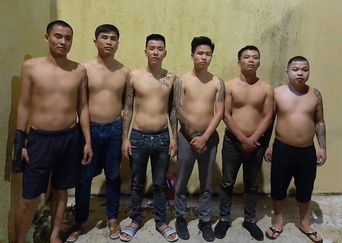 30 thanh niên hỗn chiến, nổ súng bắn nhau giữa ban ngày - Ảnh 1.
