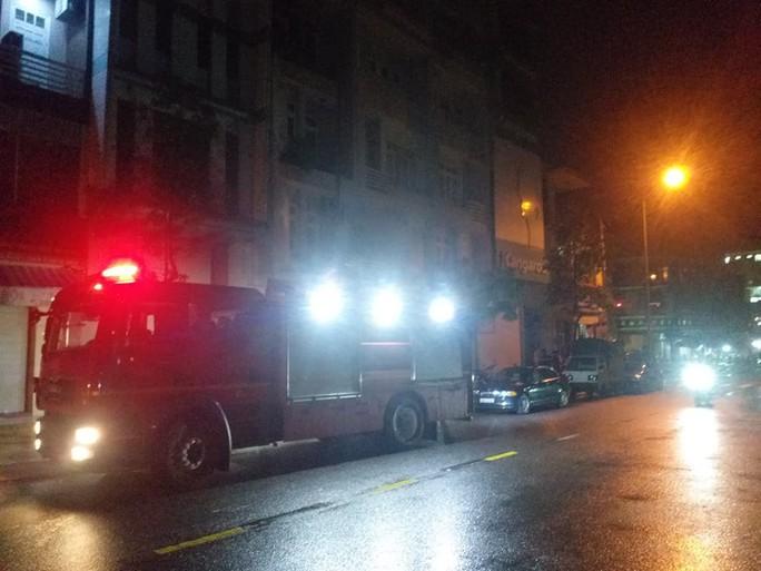 Đà Nẵng: Giải cứu 3 người mắc kẹt giữa đám cháy lúc rạng sáng - Ảnh 1.