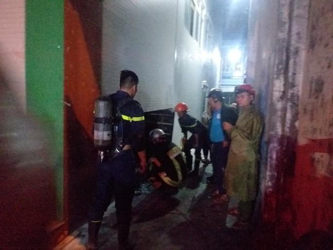 Đà Nẵng: Giải cứu 3 người mắc kẹt giữa đám cháy lúc rạng sáng - Ảnh 2.