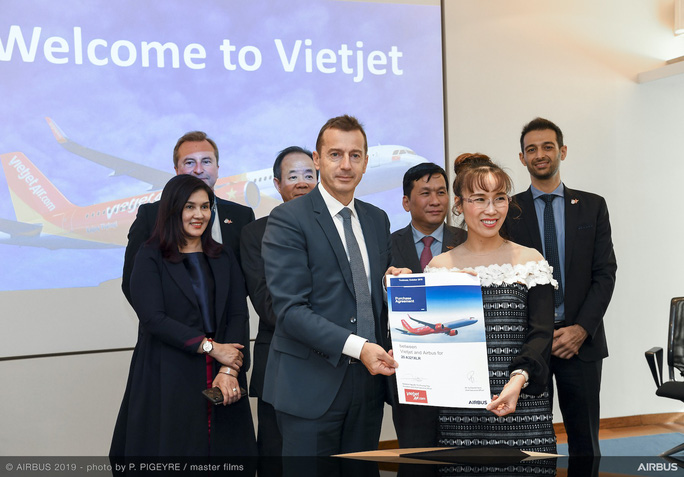 CEO Vietjet Nguyễn Thị Phương Thảo ký hợp đồng mua 20 máy bay Airbus A321XLR - Ảnh 1.
