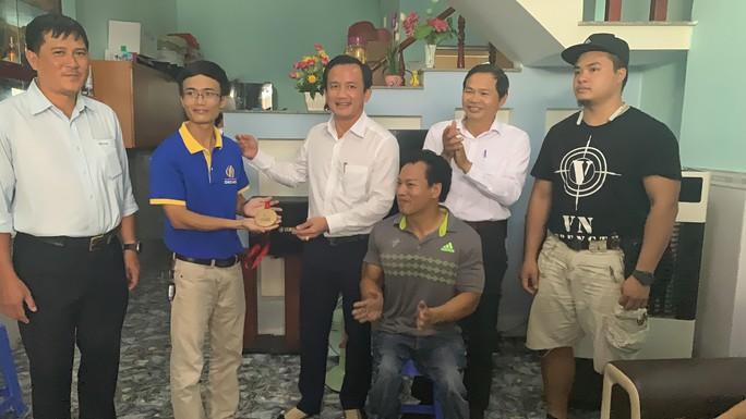 Lực sĩ khuyết tật Lê Văn Công bán đấu giá huy chương World Cup làm việc nghĩa - Ảnh 1.