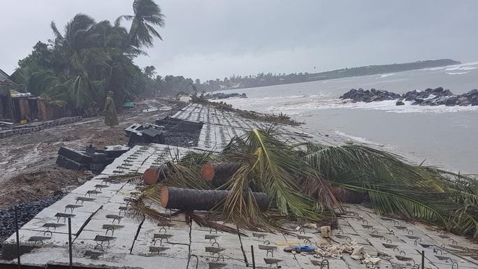 [CLIP] Mưa mù trời, sóng nhảy dựng trước khi bão số 6 vào bờ - Ảnh 6.