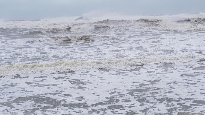 [CLIP] Mưa mù trời, sóng nhảy dựng trước khi bão số 6 vào bờ - Ảnh 2.