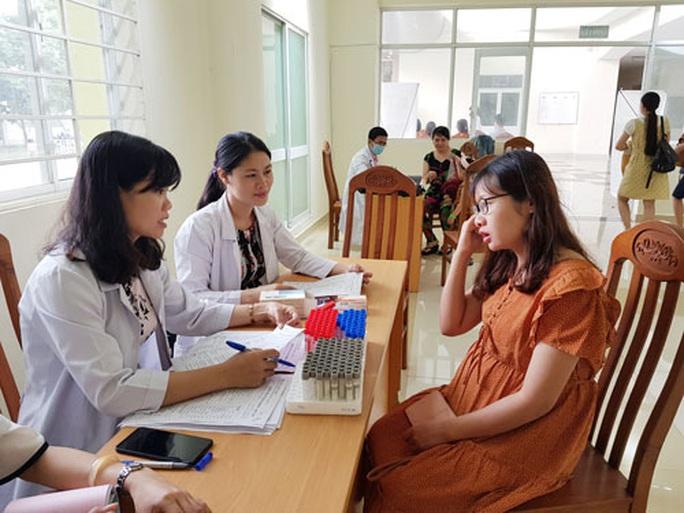 Tư vấn sức khỏe miễn phí cho nữ công nhân - Ảnh 1.