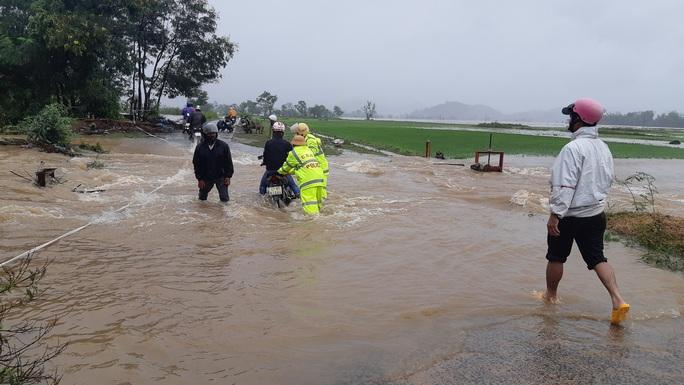 Đắk Lắk: Hàng trăm nhà dân chìm trong nước lũ - Ảnh 3.