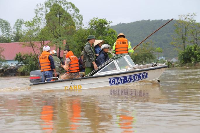 Đắk Lắk: Hàng trăm nhà dân chìm trong nước lũ - Ảnh 2.
