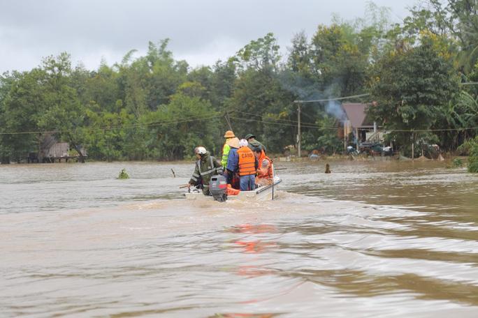 Đắk Lắk: Hàng trăm nhà dân chìm trong nước lũ - Ảnh 1.