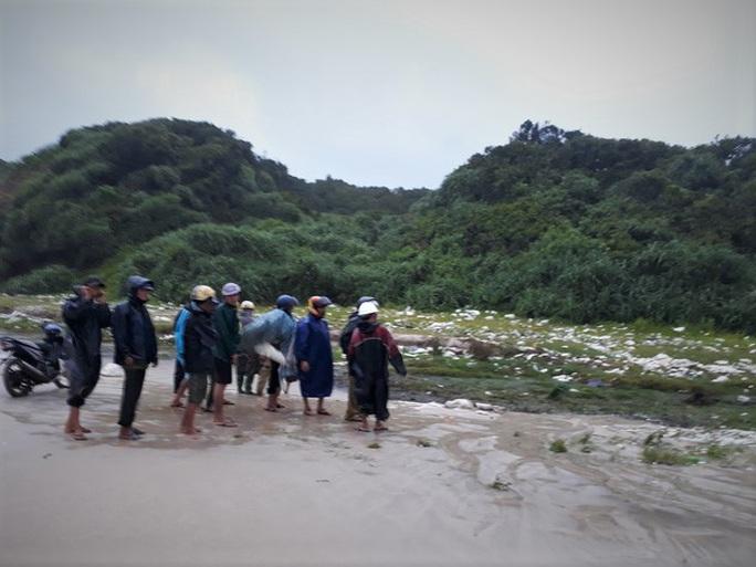 Phát hiện 2 thi thể nam giới dạt vào bờ biển Quảng Trị - Ảnh 1.