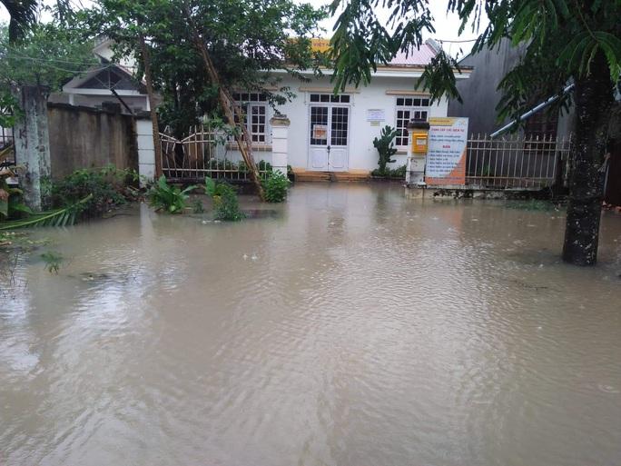 Mưa lớn, hàng trăm hộ dân bị ngập, học sinh nghỉ học, toàn hồ đập bị đe dọa - Ảnh 5.