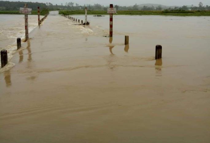 Mưa lớn, hàng trăm hộ dân bị ngập, học sinh nghỉ học, toàn hồ đập bị đe dọa - Ảnh 3.