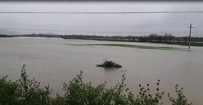 Đắk Lắk: Hàng trăm nhà dân chìm trong nước lũ - Ảnh 8.