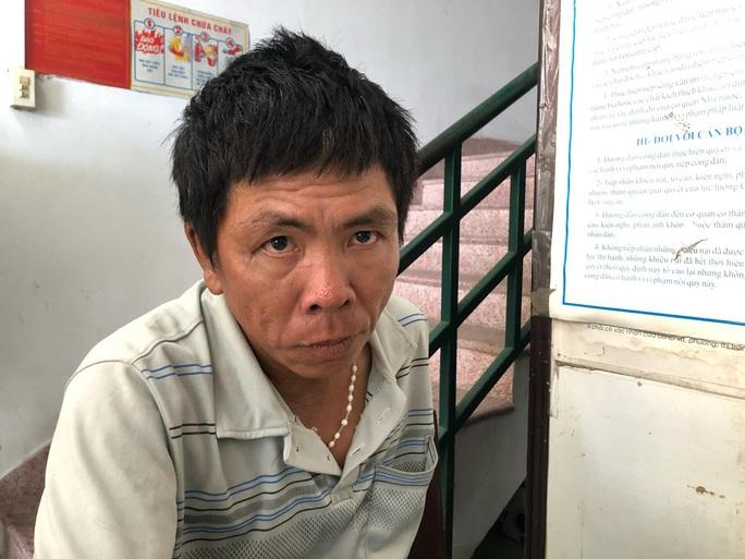 Cảnh sát đạp ngã xe tên cướp, lấy lại túi xách cho du khách nước ngoài - Ảnh 1.