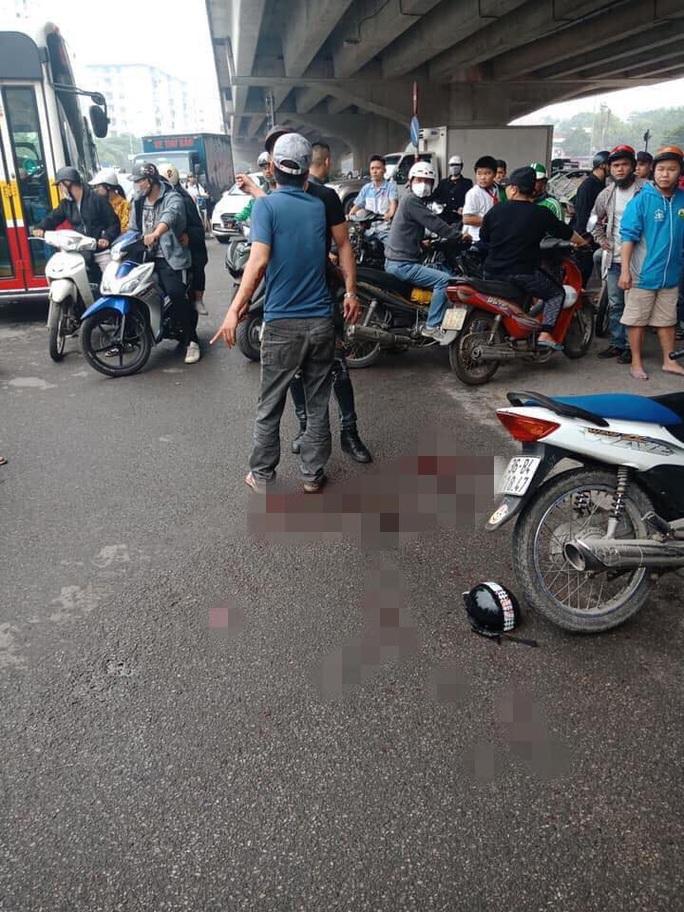 Chồng cầm dao chém hụt 1 người rồi truy sát vợ ngay trên phố - Ảnh 1.