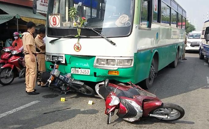 Xe buýt mất thắng tông dòng xe dừng đèn đỏ tại TP HCM - Ảnh 1.