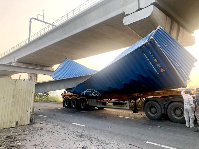 Vụ sập cầu bộ hành Suối Tiên: Đơn vị thi công thỏa thuận bồi thường cho tài xế xe container - Ảnh 1.