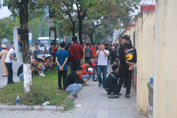 Hàng trăm hot girl, giang hồ mạng, học sinh đến xem xét xử Khá Bảnh - Ảnh 16.