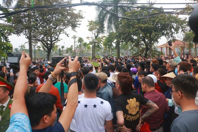 Hàng trăm hot girl, giang hồ mạng, học sinh đến xem xét xử Khá Bảnh - Ảnh 19.