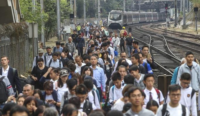 Hồng Kông: Biểu tình chưa hạ nhiệt, giao thông hỗn loạn - Ảnh 1.