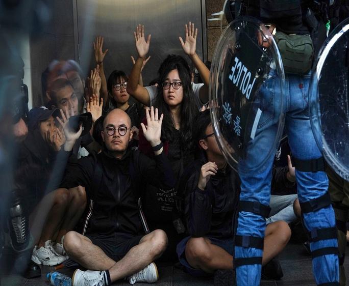 Hồng Kông: Biểu tình chưa hạ nhiệt, giao thông hỗn loạn - Ảnh 3.