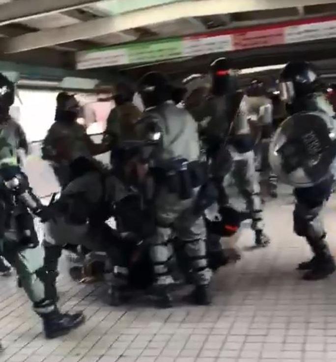 Hồng Kông: Biểu tình chưa hạ nhiệt, giao thông hỗn loạn - Ảnh 6.