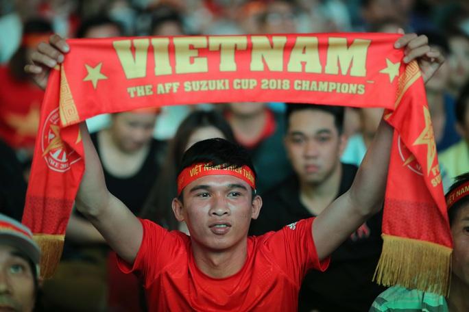 CĐV Việt Nam vỡ òa với siêu phẩm của Tiến Linh - Ảnh 10.