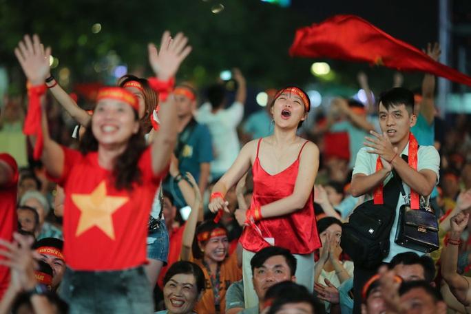 CĐV Việt Nam vỡ òa với siêu phẩm của Tiến Linh - Ảnh 9.